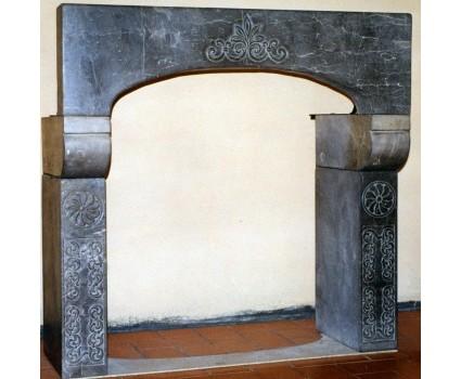 caminetto in pietra nera della maiella