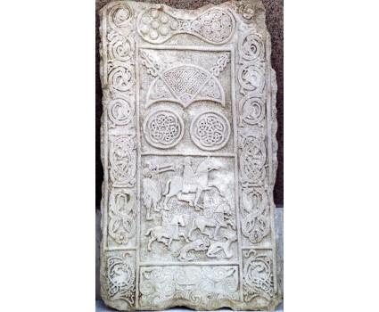 riproduzione di elementi in stile celtico su pannello in pietra della maiella