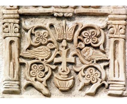 particolare pannello con croce longobarda rilievo su pietra della Majella