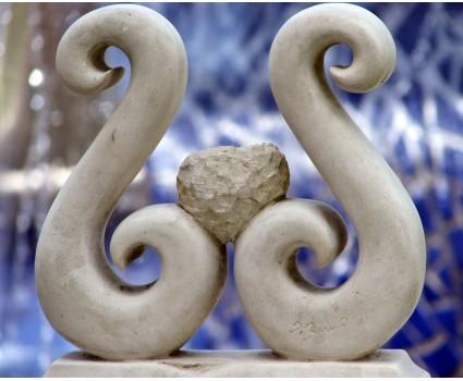 portacandela doppio ricciolo una candela in pietra bianca della Maiella