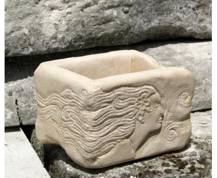 vasetto in pietra con figura femminile