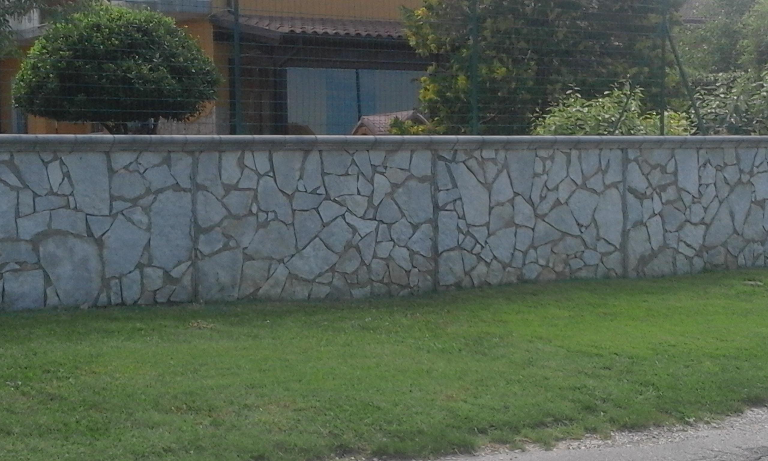 Realizziamo elementi prefabbricati rivestiti in pietra naturale adatti a muri di recinzione e di sostegno per ridurre l'impatto ambientale.